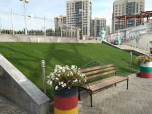 Искусственная трава на территории отеля